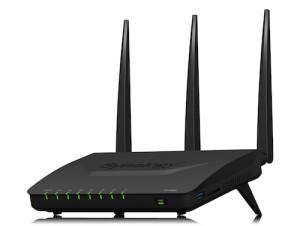 Ecco il primo router di Synology, l'RT1900ac,  con le tre imponenti antenne.